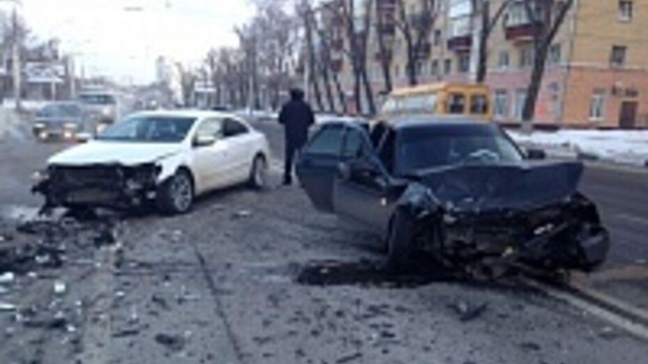 На Ленинском проспекте в Воронеже столкнулись три машины: четыре человека ранены