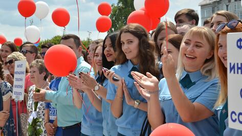 Дипломы выпускникам Воронежского опорного вуза впервые вручили на Советской площади