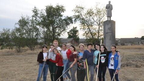 Репьевские школьники решили обновить памятник Ленину в селе