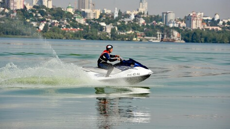 В Воронеже спасатели устроили гонки на катерах и гидроциклах