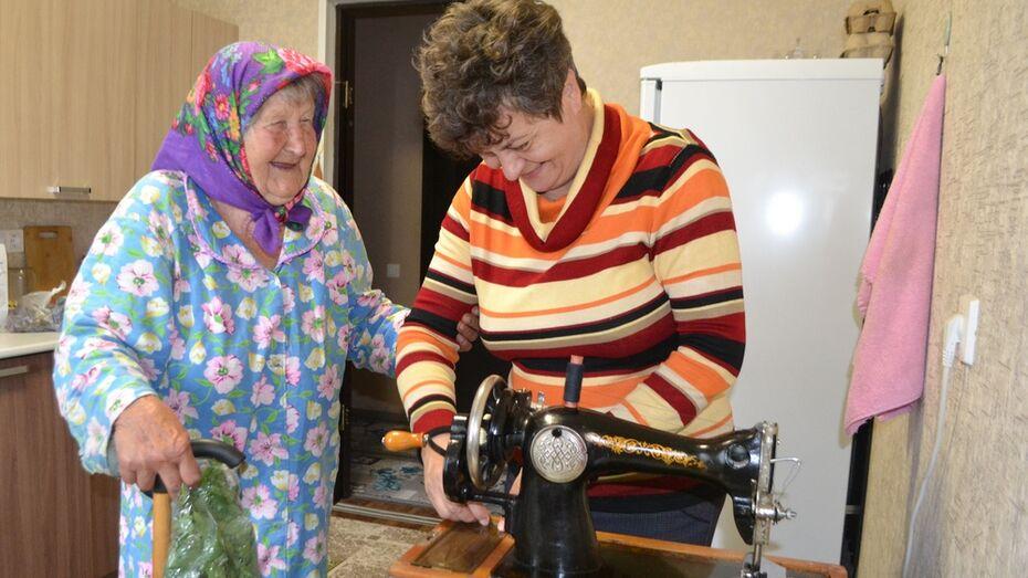 Павловчанка подарила 92-летней погорелице из Николаевки швейную машинку