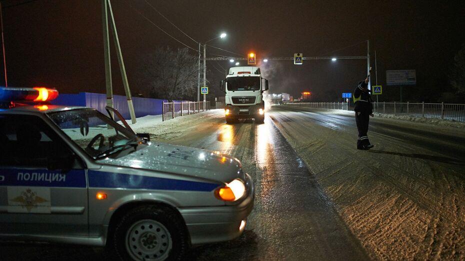 В Воронежской области грузовик загорелся после столкновения с фурой: водитель погиб