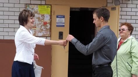 Воронежские сироты получили ключи от квартир в новостройке