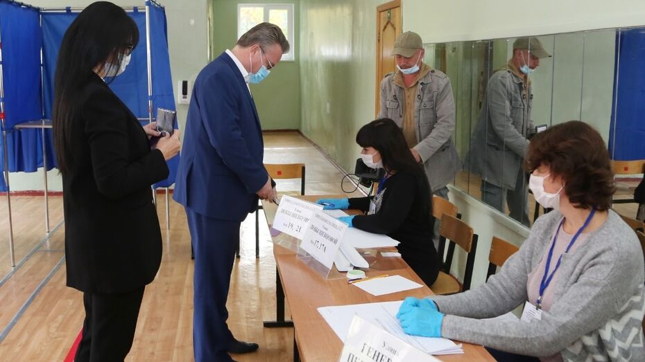 Глава Воронежа посетил избирательный участок вместе с семьей
