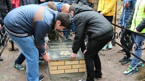 В Новоусманском поселке установили гранитную доску на воинском захоронении