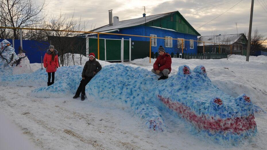 Жительница Павловского села слепила из снега крокодила длиной 7,5 метров