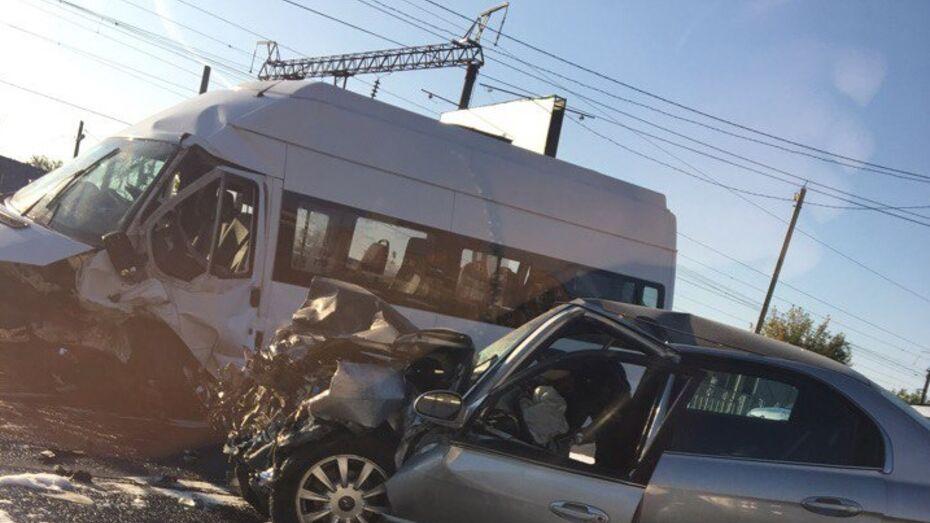 Последствия ДТП с Hyundai Sonata и Ford Transit в Воронеже попали на видео