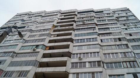 На общем балконе воронежской многоэтажки нашли мертвого мужчину