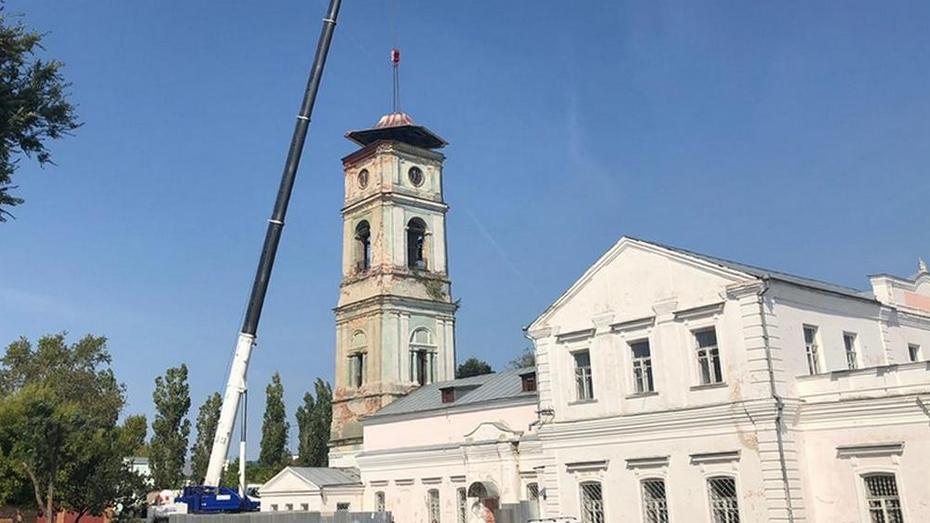 В Павловске на колокольне Преображенского собора установили купол и крест