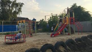Детскую площадку впервые обустроили на отдаленной улице в Верхнем Мамоне