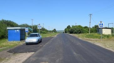 Новый асфальт уложили на дороге областного значения в грибановском селе Нижний Карачан