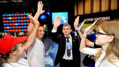 Одаренные дети Воронежской области получили значки с кристаллами Сваровски