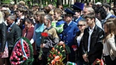 В Павловске участники митинга, посвященного памяти погибших павловчан, прошли через главную площадь города под «Катюшу»