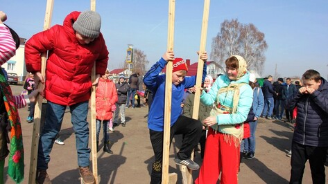 В каширском Боево на Масленицу собирали орехи и соревновались на ходулях