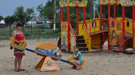 В репьевском селе Россошь построили парк со сценой и детской площадкой