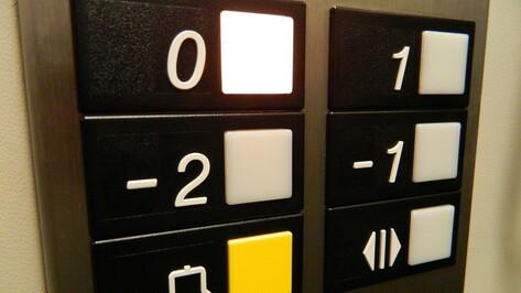 Работник воронежского предприятия решил сам починить лифт и упал в шахту