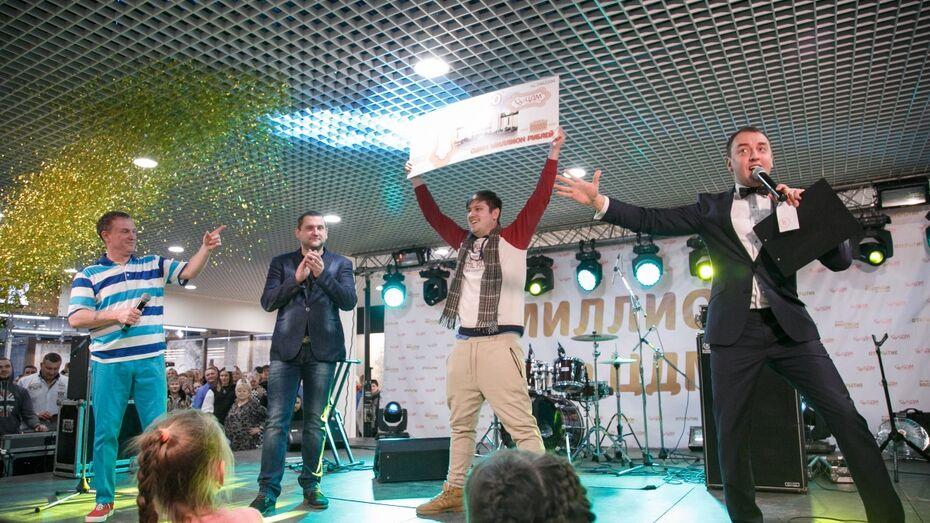 В день открытия ТЦ ЦДМ  вручил сертификат на миллион воронежскому победителю акции