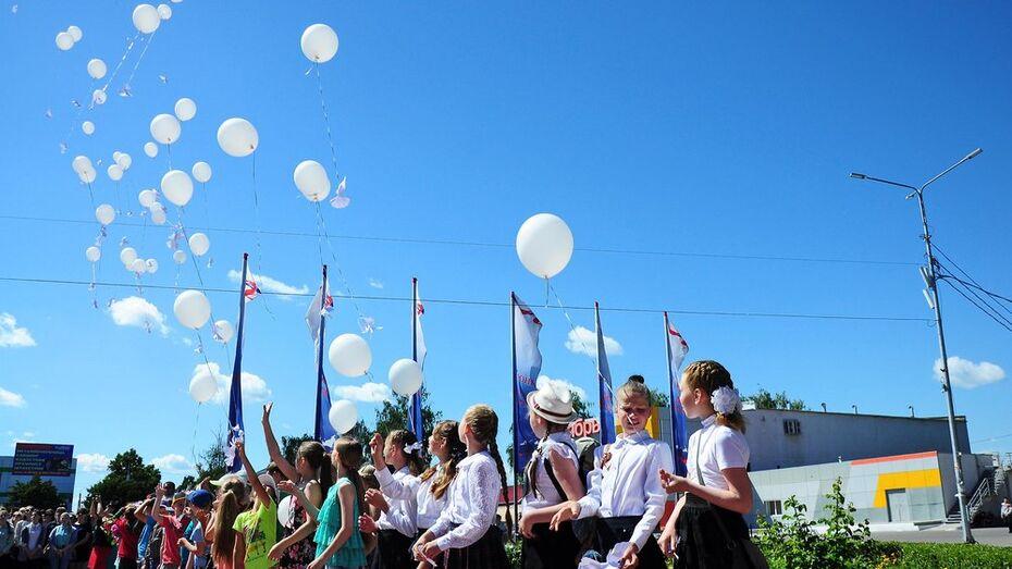 Бутурлиновские школьники запустили в небо 100 воздушных шаров в День памяти и скорби