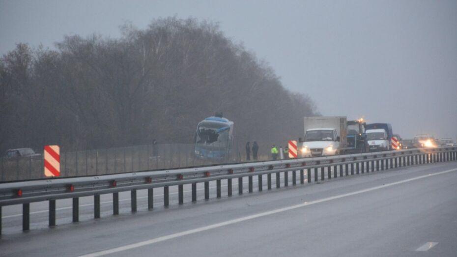 Донецкое МЧС эвакуирует пострадавших в ДТП с автобусом под Воронежем