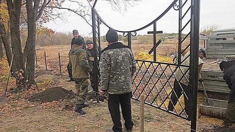В бутурлиновском селе общественники благоустроили кладбище