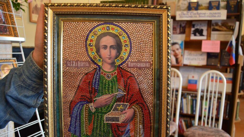 В Семилуках открылась выставка икон из бисера