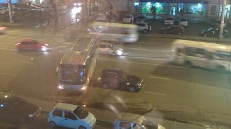 В Воронеже пассажирский автобус перегородил улицу Кольцовскую