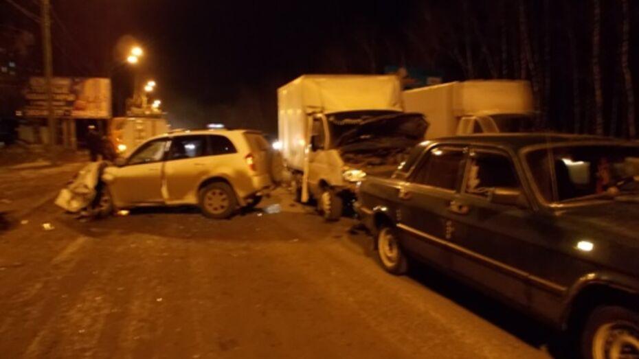 В Воронеже три человека были ранены после столкновения трех машин (ВИДЕО)