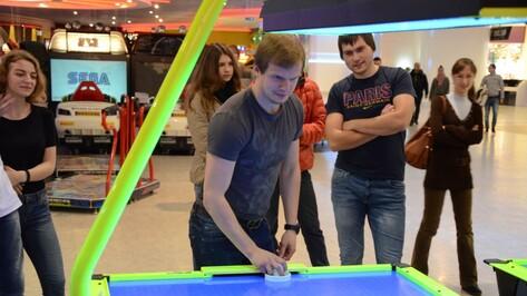 Воронежские болельщики сыграли с форвардами «Бурана» в аэрохоккей