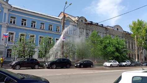 У воронежского объекта культурного наследия из-под земли забил фонтан