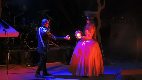 Воронежская школьница сыграла «женщину в красном» в шоу группы «Пикник»