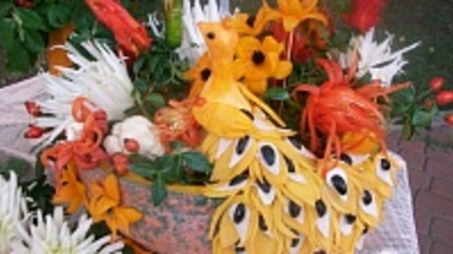 Жительница богучарского села вырезает из овощей попугаев и розы