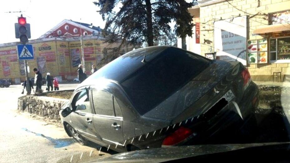 Липецкий Mitsubishi удивил воронежцев мастерством парковки