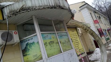 Глыбы льда упали на козырек студии загара в центре Воронеже