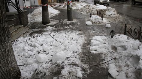 УК Ленинского района: в Воронеже снег упал на женщину сбалконного козырька