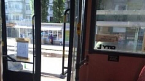 В Воронеже пассажирка выпала из автобуса