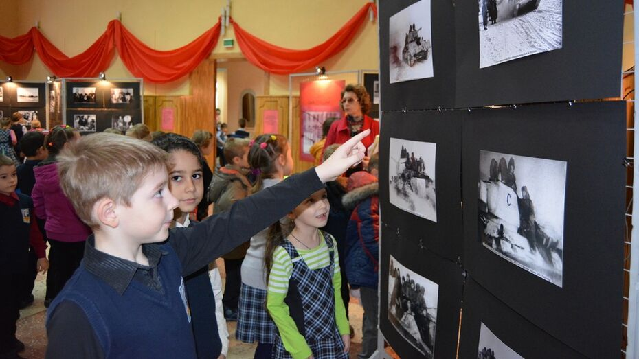 В Россоши открылась первая выставка военной фотографии