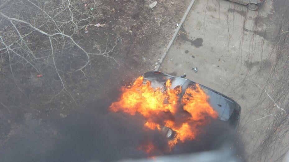 В Воронеже сгорели BMW и припаркованный рядом «ВАЗ»