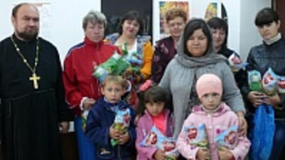 Поворинцы обеспечили временных переселенцев с Украины теплыми вещами