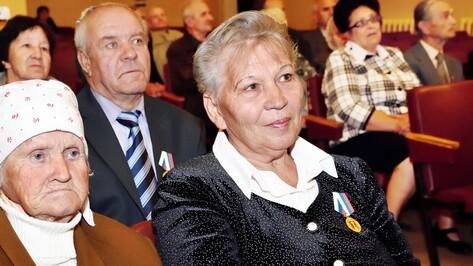 Панинским пенсионерам вручили медали за заслуги перед районом