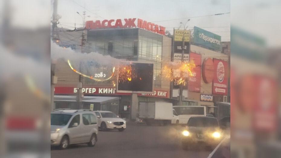 Над перекрестком в центре Воронежа оборвался электрокабель