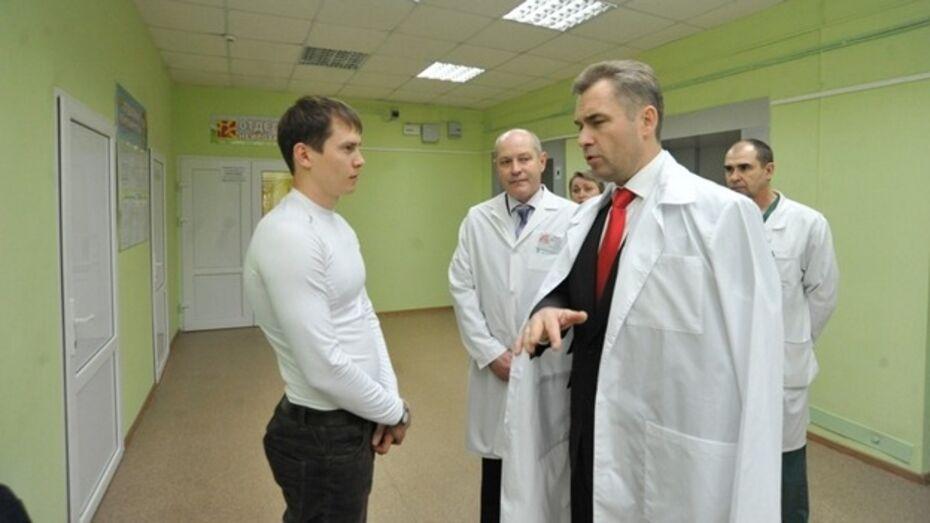 Павел Астахов внезапно решил навестить в больнице пятилетнего Богдана, которого пыталась убить родная мать