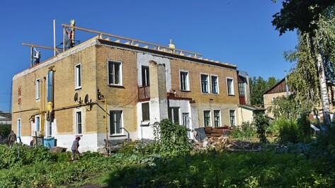 В Панинском районе приступили к ремонту сорванной ветром крыши многоквартирного дома