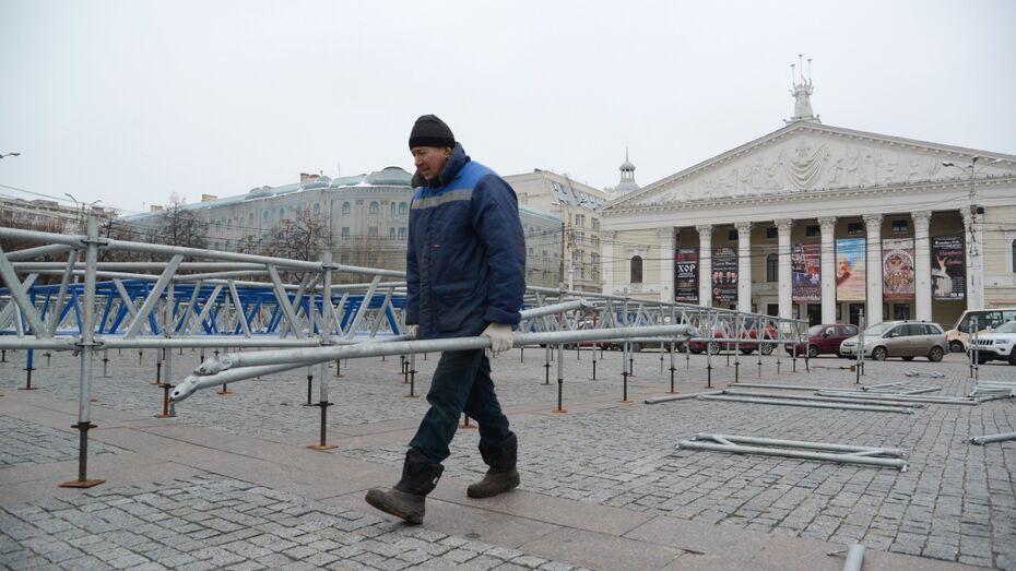 На главной площади Воронежа приступили к демонтажу катка