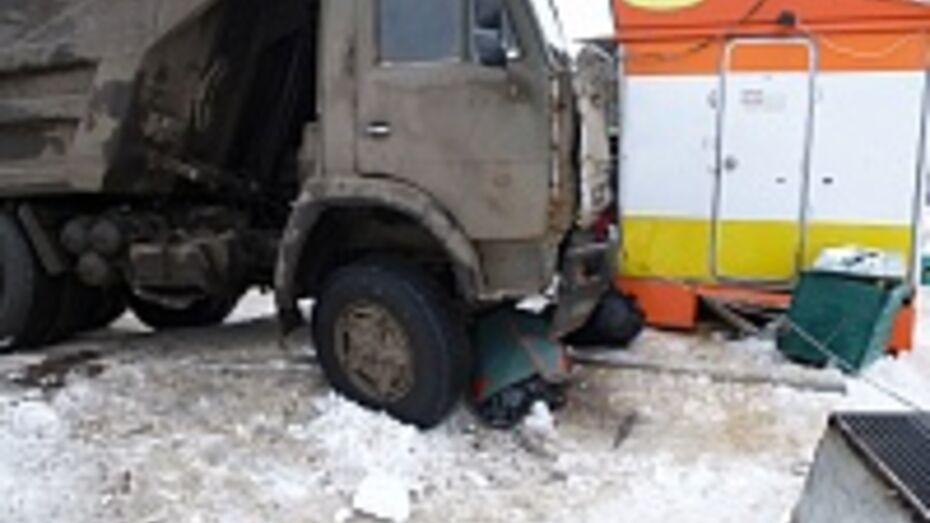 В Воронеже водитель «КамАЗа» сбил двух пешеходов и врезался в киоск быстрого питания