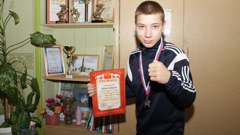 Чемпион мира Денис Лебедев вручил аннинскому боксеру награду