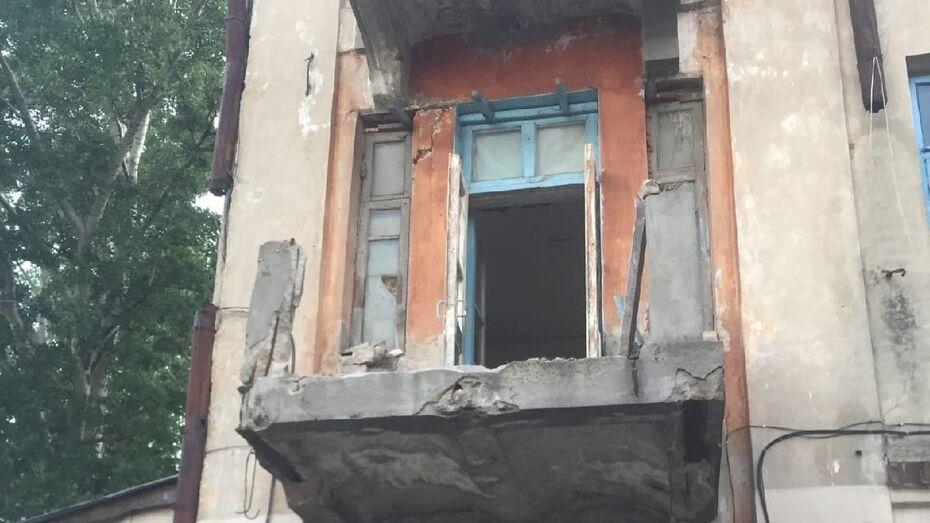 В Воронеже на памятнике архитектуры выломали 100-летние чугунные ограждения балконов