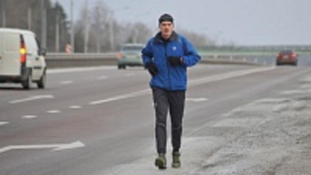 Известный марафонец Дмитрий Ерохин, бегущий из Москвы в Сочи, добрался до Воронежа