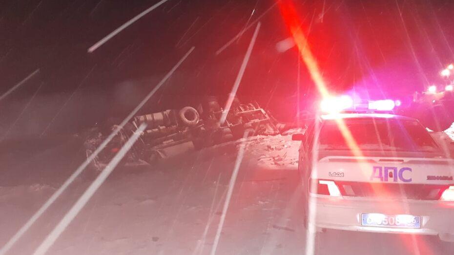 Один человек погиб и трое пострадали в ДТП с 5 машинами на трассе в Воронежской области