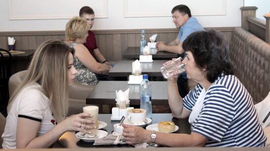 МАЗ без водителя в кабине врезался в здание кафе в Воронежской области: видео