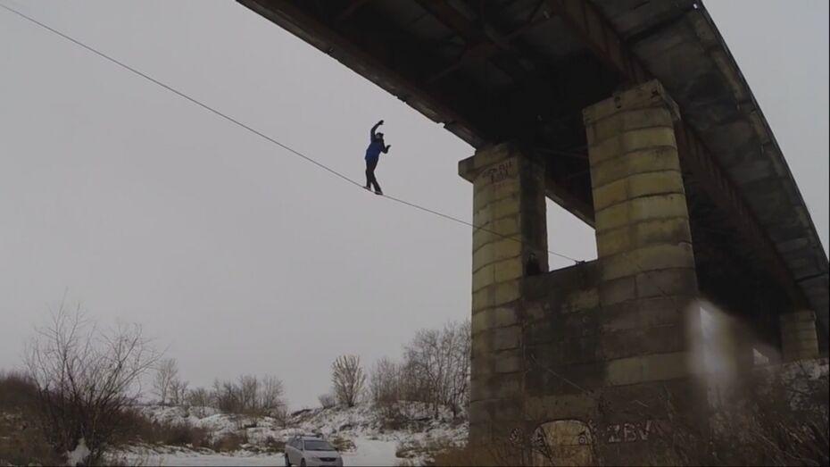 Воронежский спортсмен прошел без страховки по стропе между опор моста